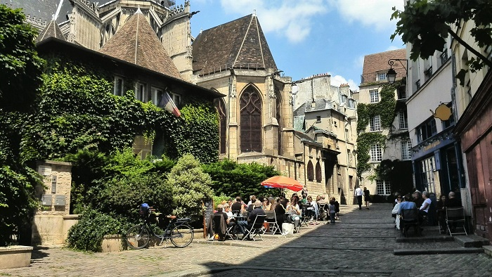 Street view of Rue des Barres in Paris